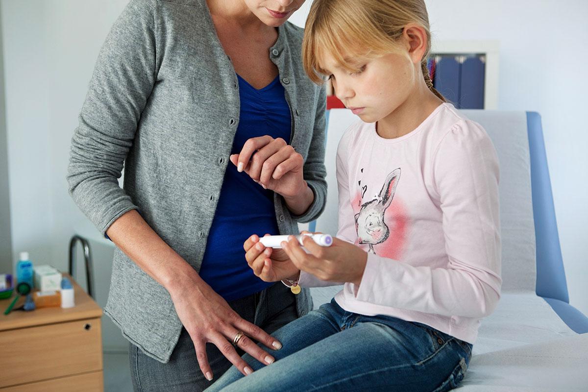 Mantener un intercambio de información fluido entre los padres y el colegio ayudará al niño a mantener controlada su diabetes