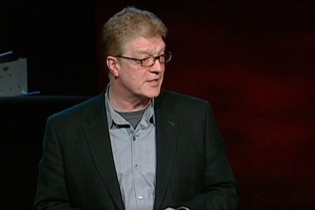Ken Robinson: Todos nacemos con grandes talentos naturales y que la escuela guillotina esas capacidades