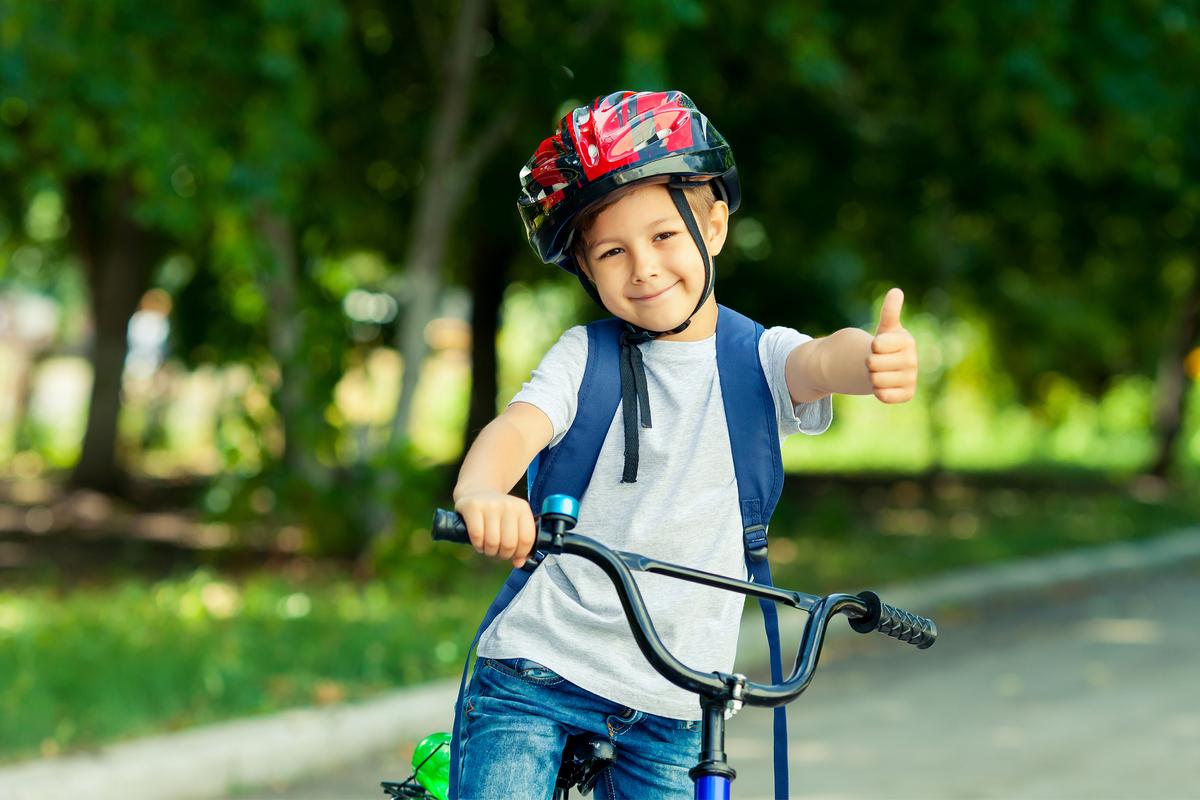 Profesores y alumnos al colegio en bicicleta