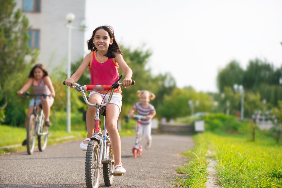 Los niños necesitan pasar tiempo al aire libre y sin los mayores